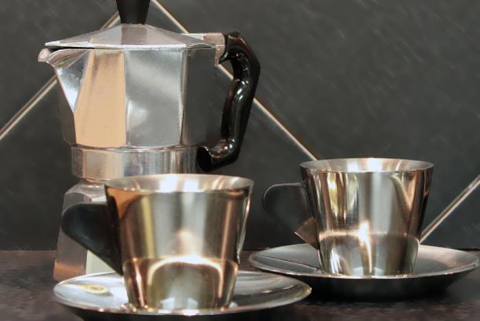 Aluminio en nuestra vida diaria, cafeteras, cacerolas y demás utensilios de cocina están hechos de aluminio.